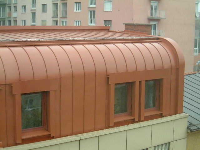 Stehfalzdeckung aus verzinkt beschichtetem Stahlblech, ausgeführt in Graz Strauchergasse.