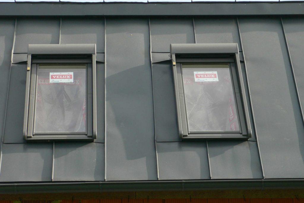 Dieses Bild hat ein leeres Alt-Attribut. Der Dateiname ist blechdach005-1024x685.jpg Dachsanierung: Blechdach in verzinktem beschichtetem Blech, ausgeführt in einer Stehfalzdeckung. Velux-Dachfenster und Solar-Zellen wurden in das Blechdach eingebunden
