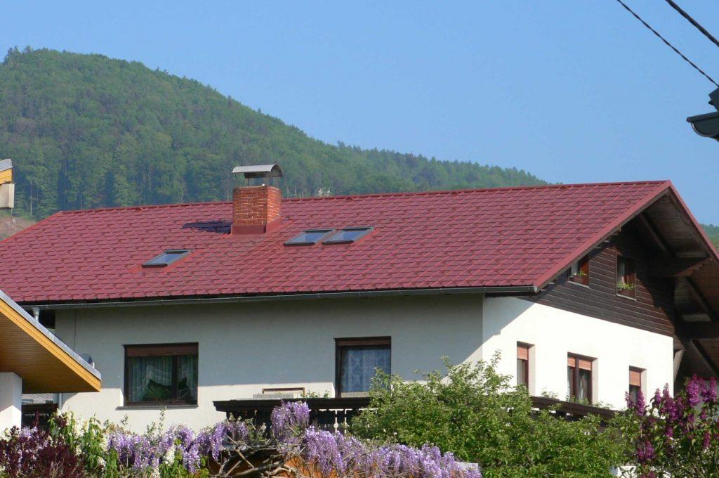 Dachsanierung: Prefa Blechdach in Stucco-oxydrot. Ausführung in Graz – Andritz