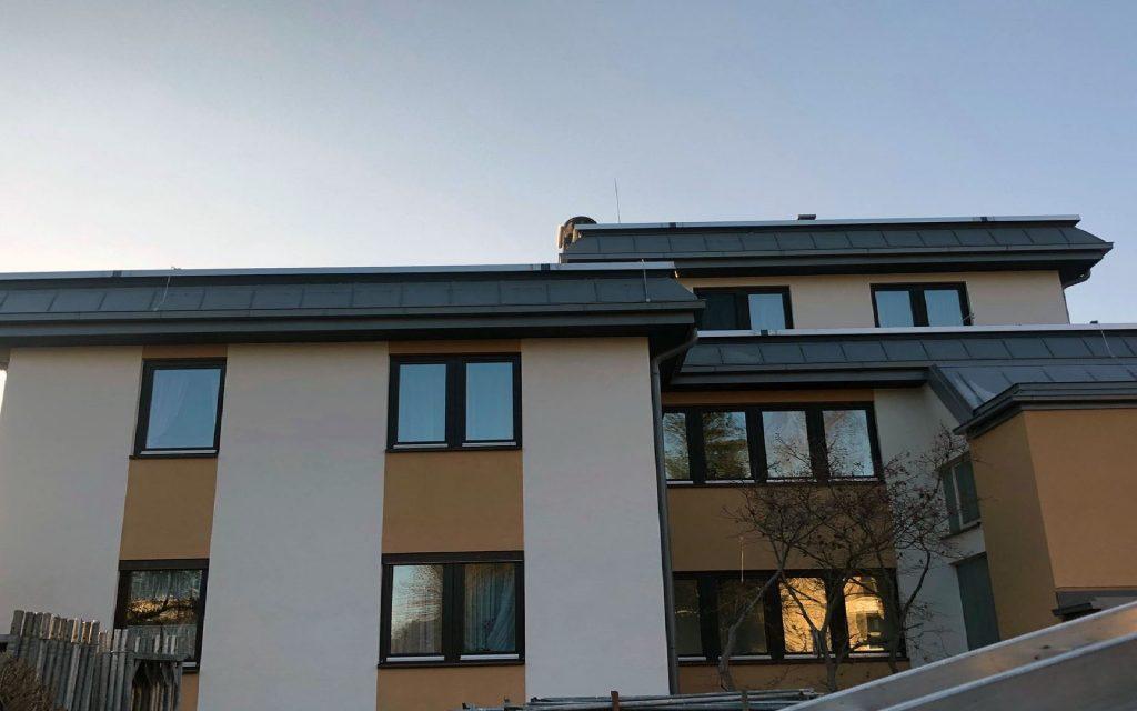 Ausführung eines Flachdach-Dachabschlusses mit einer Stehfalzdeckung, verzinkt-beschichtet,staubgrau