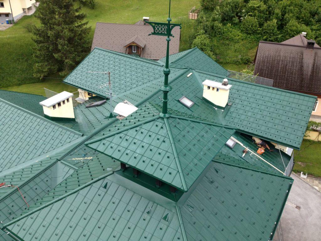 Blechdächer gibt es in unterschiedlichen Ausführungen und Farben, zB. als Prefa-Aluminium-Dachschindel, ausgeführt im Zuge einer Dachsanierung in Bad-Aussee