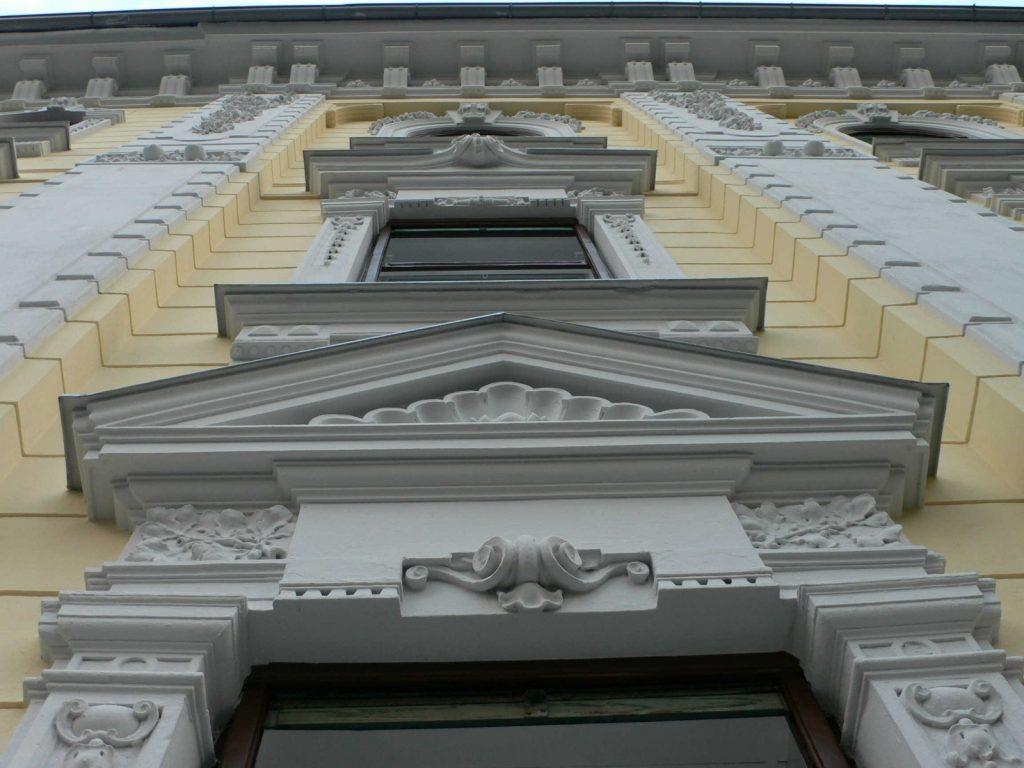 Fassadensanierung: Fenstergiebel wurde mit Zinkblech verwahrt. Es handelt sich dabei um eine tradionelle klassische Ausführung in der Altstadt. Ausgeführt in Graz Heinrichstraße.