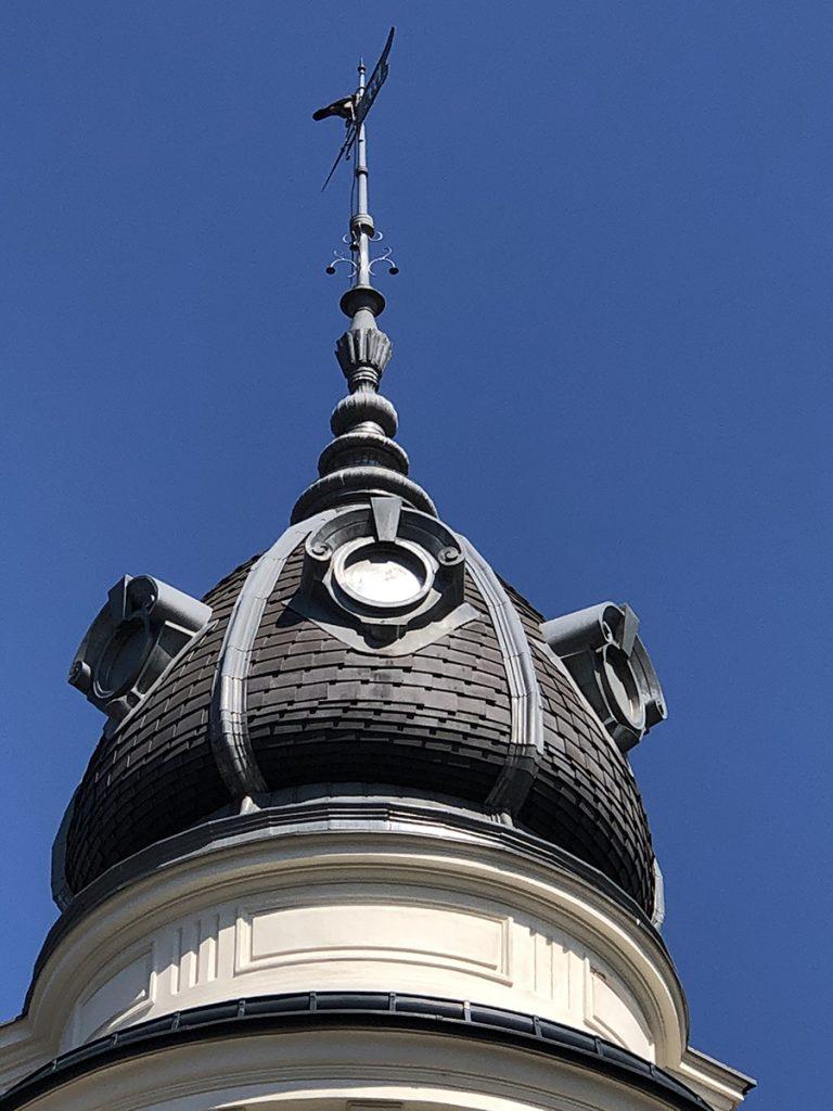 Turmdeckung-historische Dachelemente: Der Turm wurde von der Rath & Rath GmbH vom Grunde auf neu restauriert, bzw. saniert. Es wurde die Eternit-Schindeldeckung erneuert, sowie sämtliche historische Zier-Elemente getreu dem Altbestand nachgebaut und wieder in die Turmdeckung integriert. Die Ausführung erfolgte in Graz - Humboldtstraße.